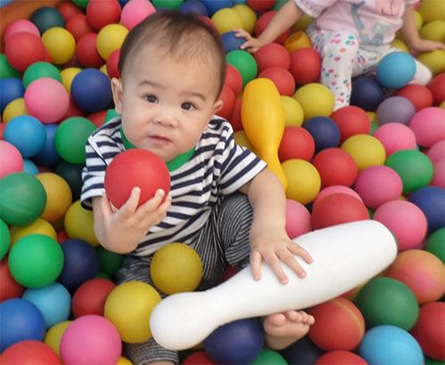 Bebê na piscina de bolinhas