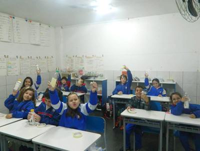 Alunos em sala de aula no ensino fundamental.